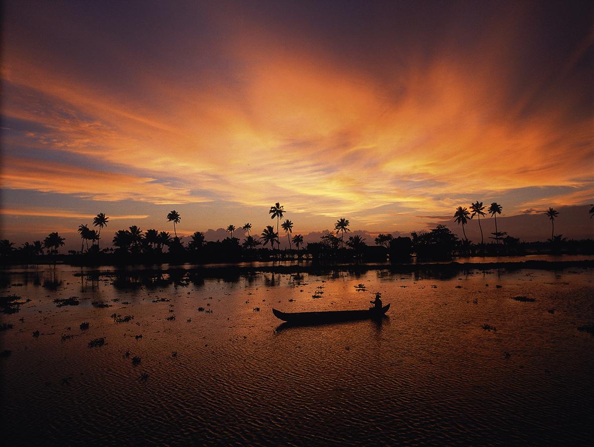 Au crepuscule, pecheur sur les canaux (backwaters), du Kerala. Les canaux du Kerala sont alimentes d'eau douce et bordent la mer d'Arabie. /