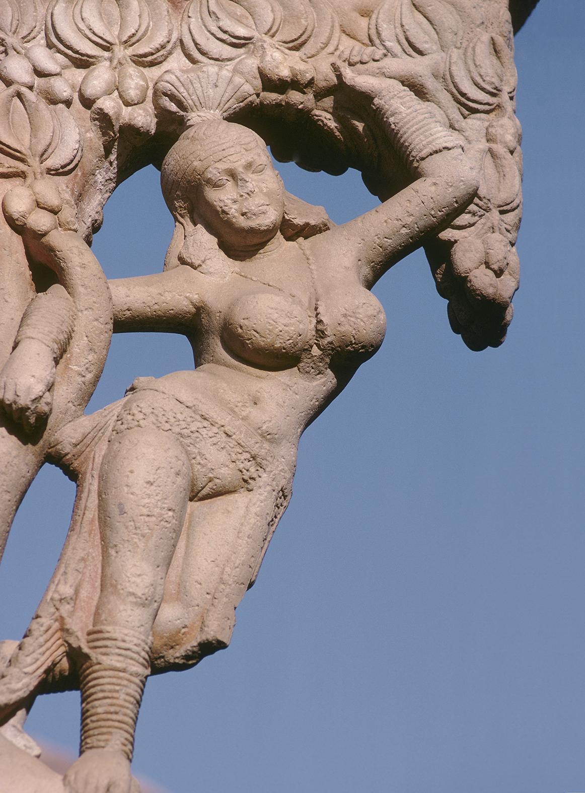 Sanchi (Madhya Pradesh, Inde centrale), sanctuaire bouddhiste (patrimoine de líUNESCO depuis 1989), Grand Stupa (Stupa 1 ; fondÈ par líempereur Ashoka au 3e s. av. J.ñC. ; restaurÈ au 2e s. sous les seigneurs Sunga), porte orientale / Torana est (pÈriode Satavahna, 2e/1er s. av. J.ñC.). Salabhanjika (jeune femme qui tire une branche ‡ elle). Personnage-support de líarchitrave. Sculpture, pierre.