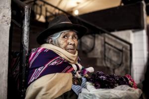 Une vieille dame dans le Mercado Central de Sucre vend quelques fleurs au marche.