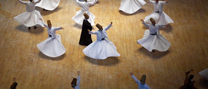 """Turquie. Anatolie Centrale. Ville de Konya. Le grand maitre soufi Djalal ed-Din Rumi ou Djalal-e-Din Mohammad Molavi Rumi ou Djalaleddine Roumi (1207-1273), fondateur de l'ordre des derviches tourneurs est connu sous le nom de Mevlana. Il est entérré à Konya. Le Sema est une danse sacrée des derviches tourneurs soufis qui s'exécute dans le semahane (salle de danse).Le derviche est vêtu d'une longue tunique blanche, couleur du deuil, et d'une toque cylindrique en poil de chameau, symbole de la pierre tombale. La main droite levée vers le ciel, il recueille la grâce divine qu'il transmet à la terre par la main gauche tournée vers le sol. Il pivote sur le pied gauche en traçant un cercle au tour de la piste pour parvenir à l'extase qui lui permet de s'unir à Dieu. La danse est donc une prière, un dépassement de soi à l'union suprême avec Dieu. Le cercle est également le symbole de la Loi religieuse qui embrasse la communauté musulmane toute entière et ses rayons symbolisent les chemins menant au centre où se trouve la vérité suprême, le dieu unique qui est l'essence même de l'Islam. Chaque année pou l'anniversaire de la mort de Mevlana les derviches se retrouvent à Konya pour une cérémonie. // Turkey. Central Anatolia. City of Konya. The sufi master Djalal ed-Din Rumi ou Djalal-e-Din Mohammad Molavi Rumi ou Djalaleddine Roumi (1207-1273), founded of whirling dervishes order is knows with the name of Mavlana. Is bury in Konya. Sema or sama is a term that means hearing in Arabic and Persian. It is used to refer to some of the ceremonies used by various sufi orders and often involves prayer, song, dance, and other ritualistic activities. Sema dancing is known to Europeans as the dance of the Whirling Dervishes or """"Sufi whirling"""", although many forms of sema do not include whirling. I"""
