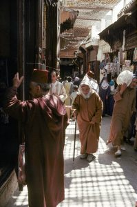 Fès (Maroc), vieille ville / Fès el Bali, souks. Scène de rue dans un souk. Photo, 1992.