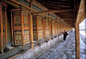 780. Moulins à prière, tout autour d'un temple au monastère de Labrang, Amdo, Tibet oriental. Tout en faisant le tour du monastère, les fidèles mettent en mouvement ses moulins à prières et prient pour le bonheur de tous les êtres. 2002