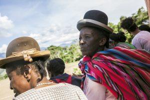 Habitantes de la region de Coroico venues voir un match de football dans le village de Mururata.