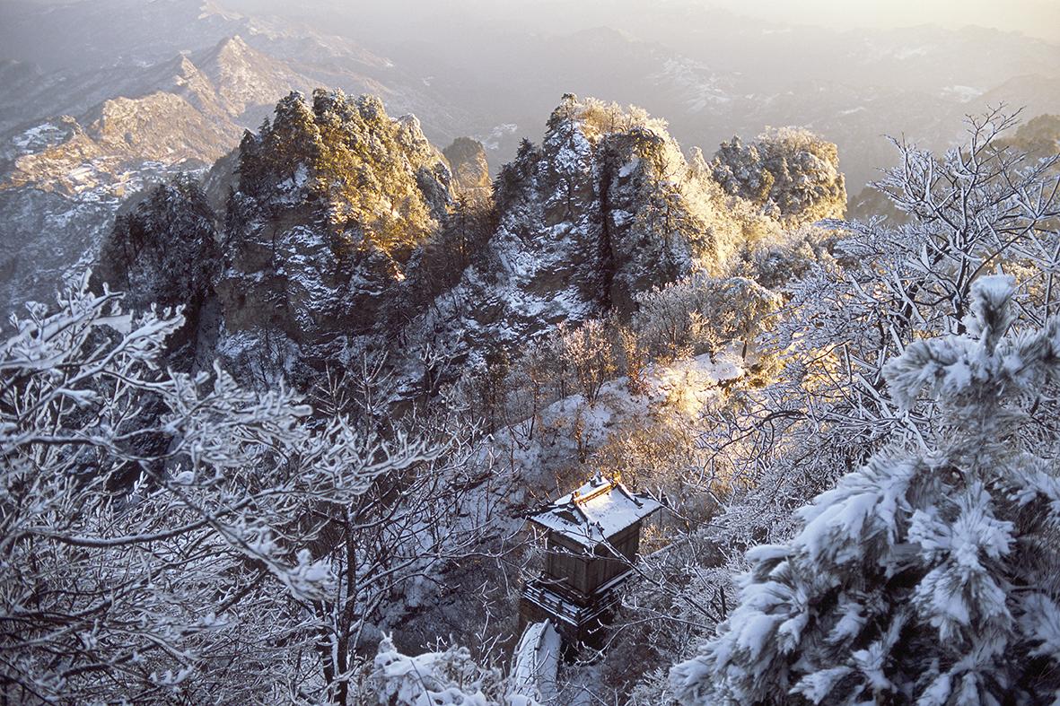 Wudangshan / Wudang Shan / Monts Wudang (province de Hubei, Chine ; l'une des montagnes sacrées du Taoïsme ; point culminant 1612 m). Paysage avec temple taoïste en hiver au soleil levant. Photo, novembre 2004. /